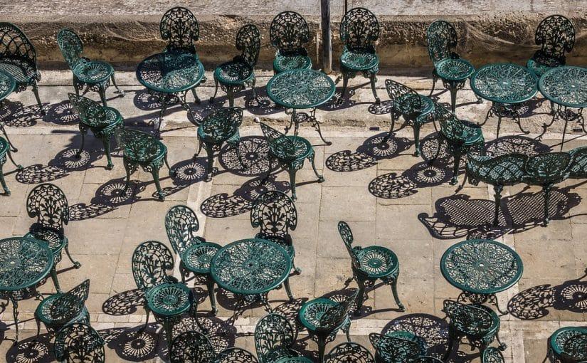 Une chaise en alu style bistrot